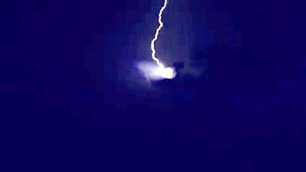 Fotografija vlasništvo Marie Mela snimljena u trenutku udara munje o NLO.