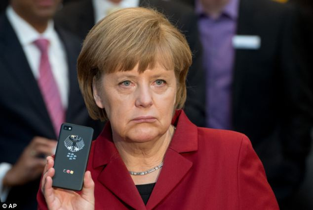 Angela Merkel u trenutlu otkrivanja njenog prisluškivanja od strane američkih tajnih službi. Možda je kancelarka zaboravila od kud dolazi prijetnja Njemačkoj sigurnosti.