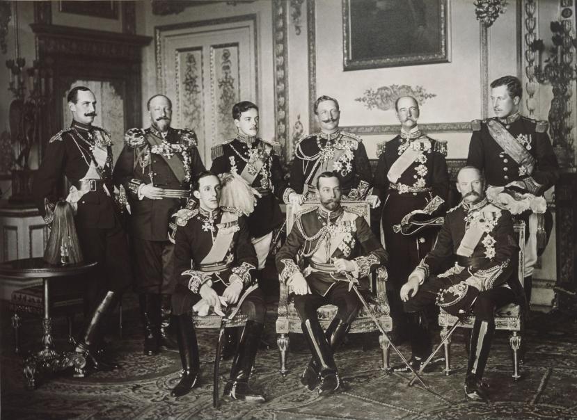 Nalogodavci Prvog svjetskog rata: Stoje (od lijevo na desno): kralj Hakon VI. od Norveške, kralj Ferdinand I. od Bugarske, kralj Manuel II. od Portugala, car Wilhelm II. od Njemačke, kralj George I. od Grčke, kralj Albert I. od Belgije. Sjede (od lijevo): kralj Alfonso XIII. od Španjolske, kralj George V. od Ujedinjenog Kraljevstva, kralj Frederik VIII od Danske.
