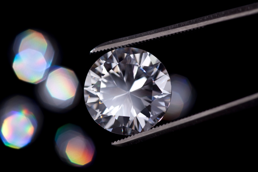 Relativno sitan dijamant, izbrušen u obliku brilijanta, se najčešće može vidjeti u svakodnevnom dijamantnom nakitu.