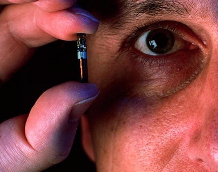 Na slici vidite Veri-chip, mikro čip koji je bio namijenjen za ljudsko čipiranje još prije pet godina, no tada se javnost snažno pobunila, pa je ovaj čip postao obaveza za sve kućne ljubimce. Na žalost prije par dana Donji dom američkog parlamenta je donio zakon s kojim se omogućava ljudsko čipiranje.