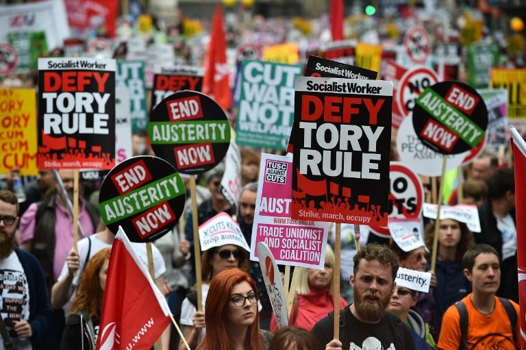 Tijekom polovice 2016. na desetke tisuća Britanaca su protestirali protiv sveobuhvatnih mjera štednje, smanjenja minimalnih plaća i mirovina. Unatoč patnji naroda, vlasti nemaju takve probleme.