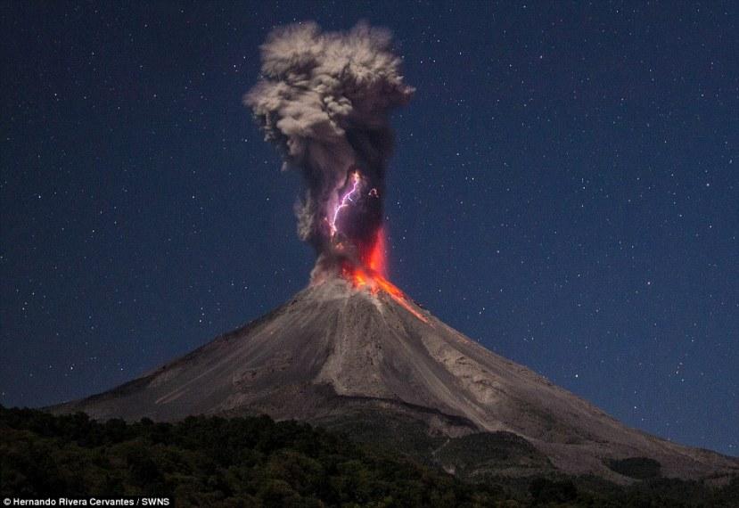 Erupcija vulkana Colima uz vulkanske munje.