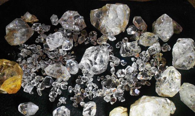 """Neobrađeni sitni dijamanti s nečistoćama i slabe žutkaste do žutkaste boje. Ovakvi dijamanti se uglavnom danas prodaju na tržištu za """"veliki"""" novac iako nisu rijetki kako nam to tvrde trgovci."""