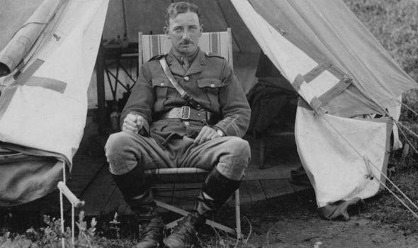 Britanski kapetan u poljskom šatoru nekoliko kilometara od fronte.