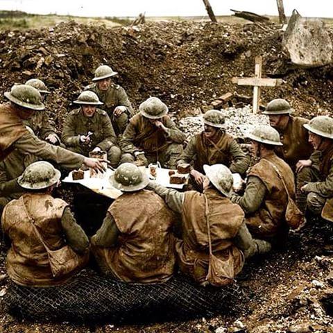 Britanski vojnici jedu pored plitkog groba njihovog suborca.