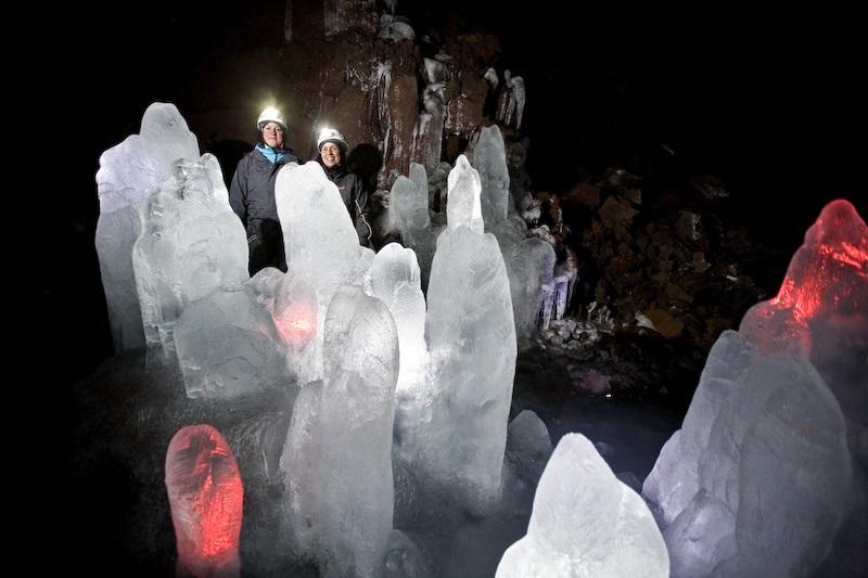 Cijevi lave s ledenim ukrasima.