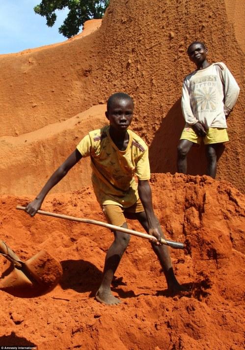 Dječak star 11 godina radi teške fizičke poslove na kpanju dijamanta u Centralno-afričkoj Republici u regiji Carnot.