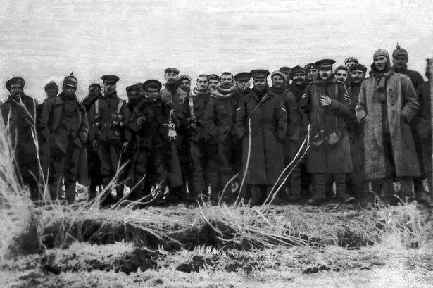 Fotografija njemačkih i britanskioh vojnika na badnji dan 1914. negdje na zapadnom frontu.