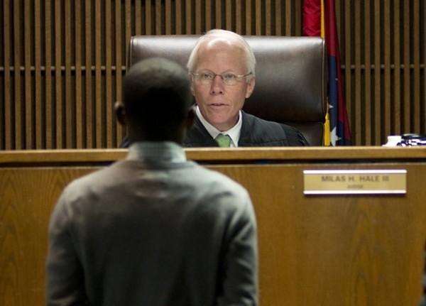 Robertson pred sudcem Haleom u trenutku izricanja presude od 90 dana zatvora i 3000 dolara kazne.