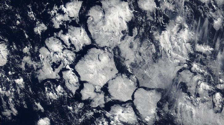 Heksagonalne oblačne strukture snimljene nad Atlantikom.
