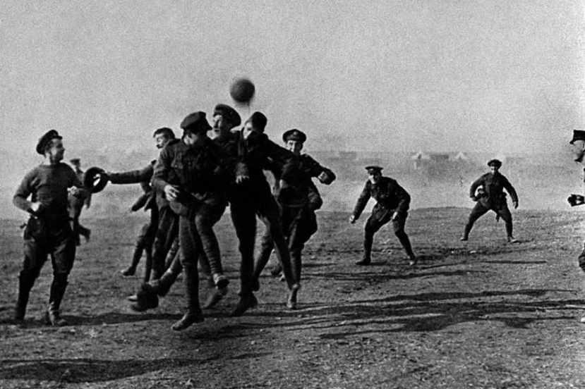 Još jedna fotografija utakmice između njemačkih i britanskih vojnika snimljena na Božić 1914.