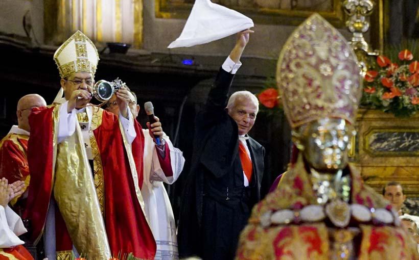 Gradonačelnik Napulja daje znak kako je krv ponovno tečna. Fotografija snimljena tijekom ožujka 2016.