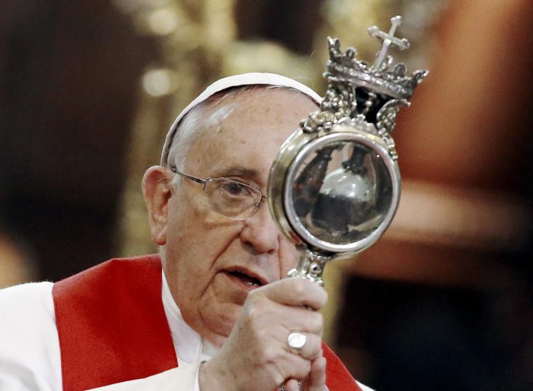 papa Franjo tijekom posjete Napulju u ožujku 2015. s relikvijom Sv. Gennara.