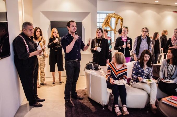James Alefantis drži govor tijekom pizza zabava u kući Tonyja Podeste. Braća Podesta su na desetke puta pozivali Alefantisa za priređivanje gala pizza partija u njihovim domovima.