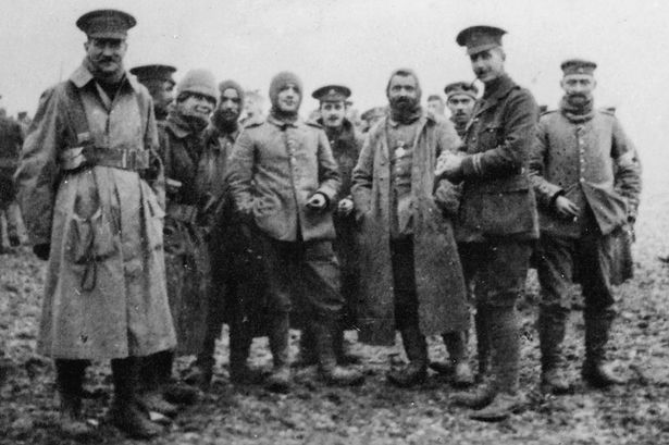Fotografija njemačkih i britanskih vojnika na ničijoj zemlji snimljena na božić 1914. na zapadnom frontu.