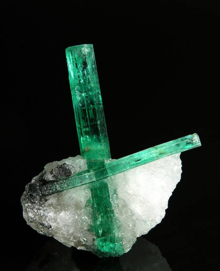 Zambijski smaragdi s rijetkim inkluzijama flogopita.