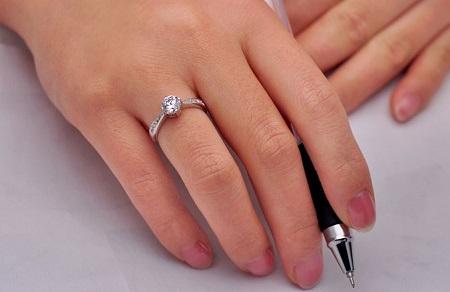 Tipičan dijamantni prsten od jednog karata. Tradicija koju nam je namjestio De Beers.