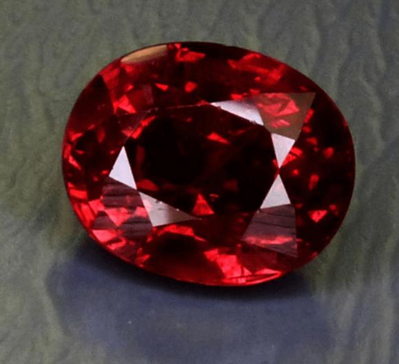 Vrhunski crveni rubin tradicionalne crvene boje. Obično se rubini nalaze u mliječnim neprozirnim oblicima.