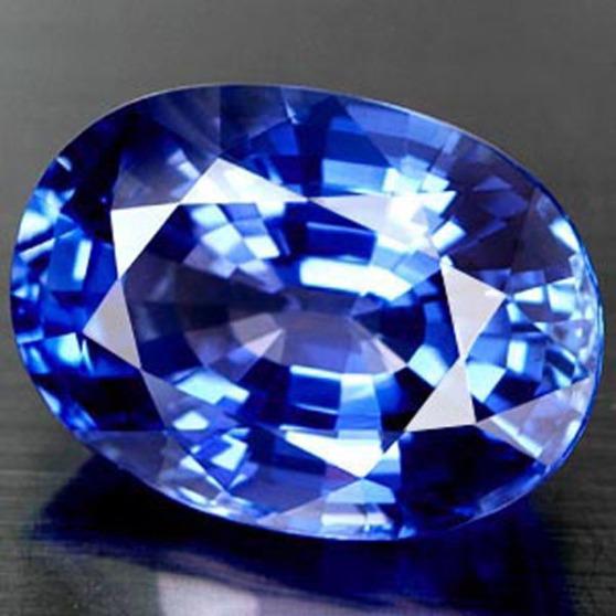 Vrhunski kamen plavoga safira.