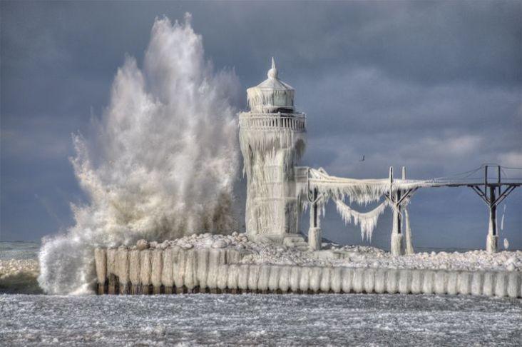 Ledeni zrak je brže zaleđivao kapljice jezerske vode negoli su se one mogle vratiti u jezero.