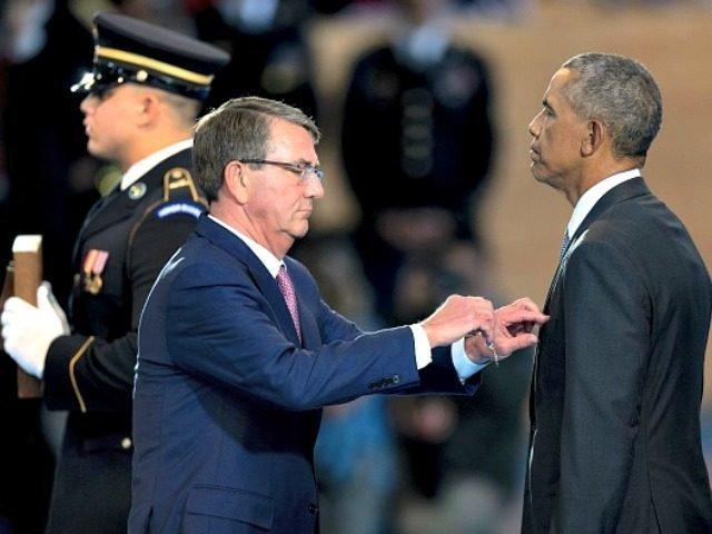 "Ash Carter dodjeljuje svojemu ""šefu"" Baracku Obami orden za najviše javne zasluge."