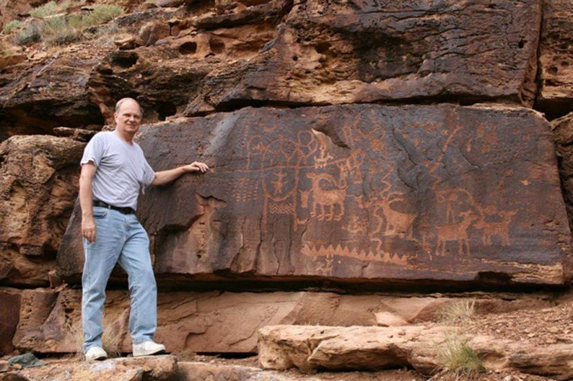 John A. Ruskamp Jr. pored kineskih petroglifa u kanjonu Nine MIles u Utahu.