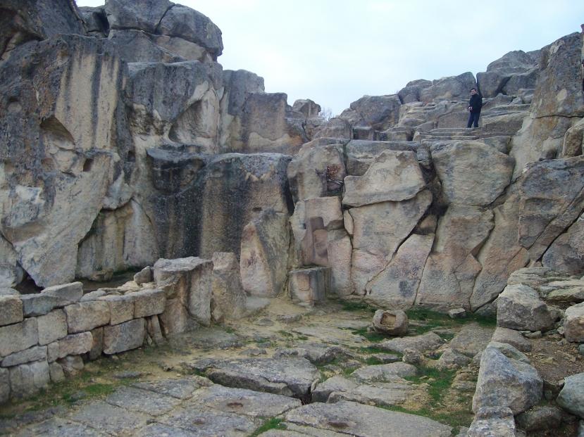 U Perperikonu se mogu vidjeti stariji dijelovi s megalitnim stijenama i noviji dijelovi s manjim i slabije oblikovanim stijenama.