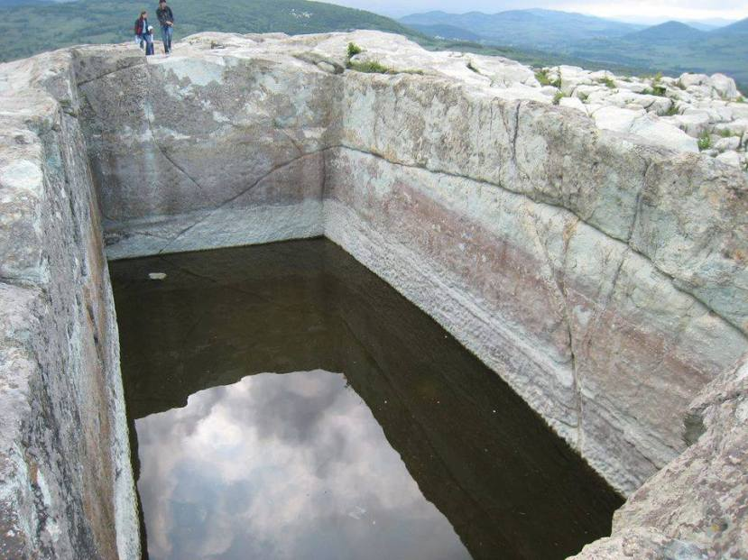 Veliki monolitni bazen u Perperikonu.