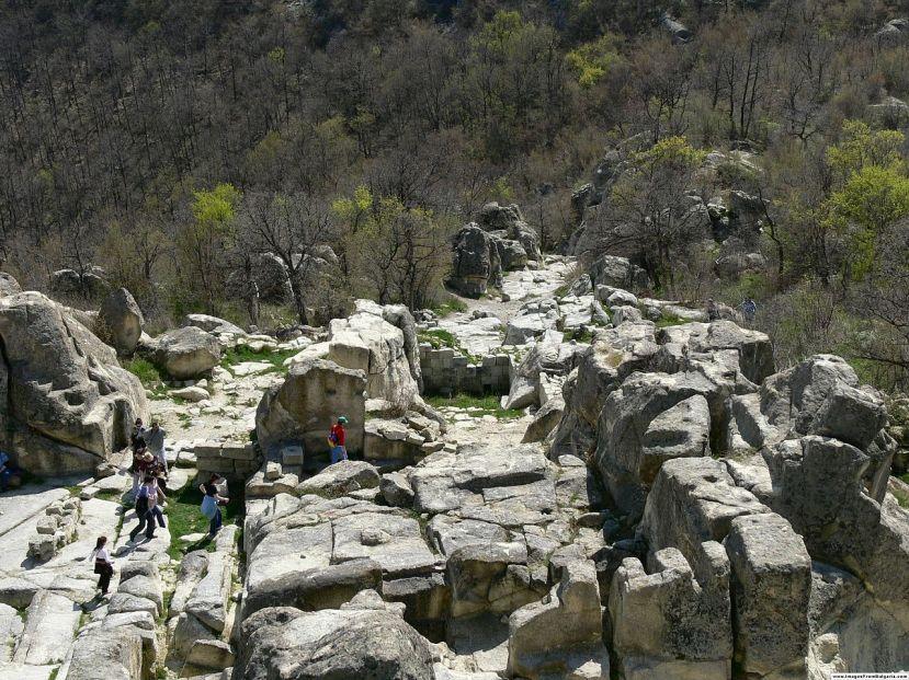 Polu urušeni monolitni zidovi Perperikona.