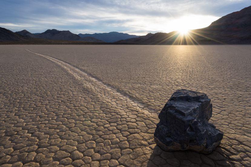Kako je moguće da se kamenje premiješta bez leda, vjetra i vlage.
