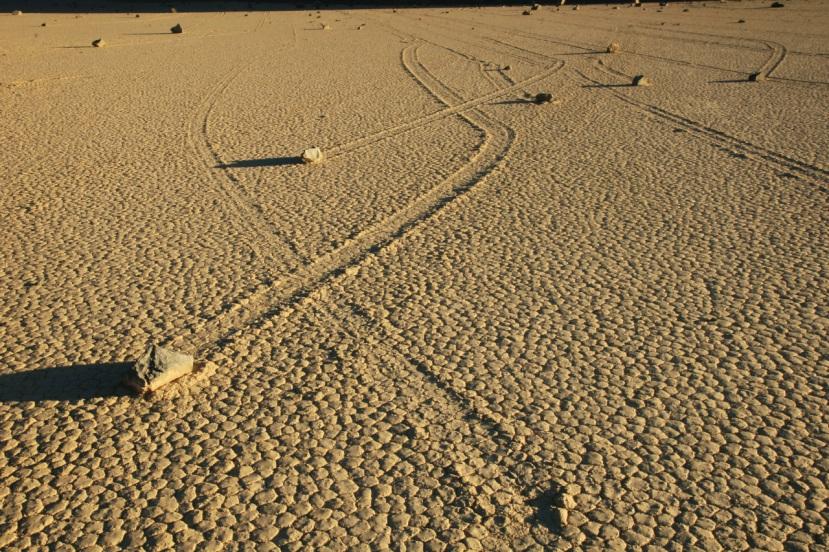 Vjetar obično puše u jednom određenom smjeru, pa ipak, pomično kamenje doline smrti šeta u različitim smjerovima u isto vrijeme.