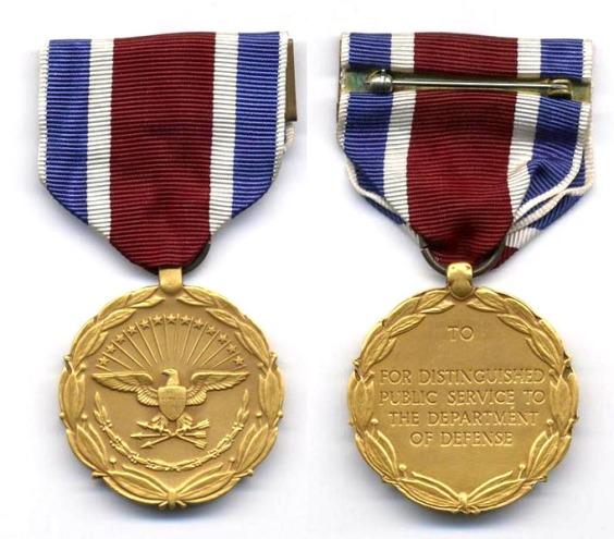 Zlatni orden Ministarstva obrane je do sada dobilo samo sedam ljudi od toga tri američka predsjdnika koji su uzrokovali najviše razaranja i ratova od 1991. do danas, te jedan državni tajnik koji je osmislio Vijetnamski rat i bombardiranje Laosa.