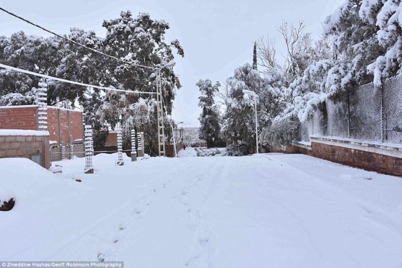 Alžirska Ain Sefra prekrivena snijegom.