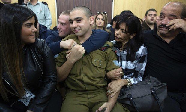 Elor Azaria s djevojkom Orel (lijevo) i majkom i ocem (desno) čeka presudu pred vojnim sudom u Tel Avivu.