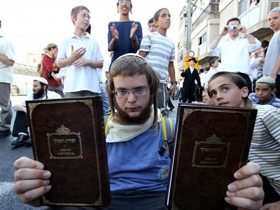 Ponosni mladić s mega poularnom knjigom rabina Shapira.