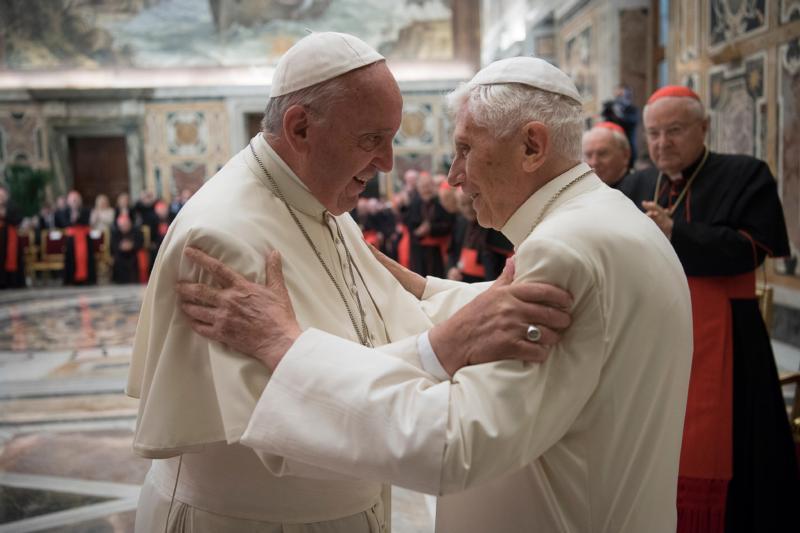Po mnogima se papa Benedikt XVI povukao jer je bio preblag po pitanju svećeničke pedofilije, pa ipak on je prvi papa koji je ekskomunicirao 800 svećenika pedofila iz crkve, dok papa Franjo ide drugim putem, putem smanjena kazni, pomilovanja i prmještanja svećenika pedofila kako bi ih starješine držale na oku.