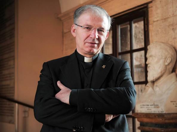 """Vatikanski pedofil Mauro Inzoli kojeg je papa pomilovao kako bi pokazao """"kršćansko milosrđe""""."""