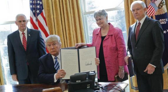 Trump u trenutku potpisivanja izvršne naredbe o davanju FBI-ju dodatnu slobodu za borbu protiv traffickinga i pedofila.