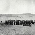 100 ljudi stoji pred pustinjskim dinama Tel Aviva prije njihova stvaranja 1909.