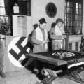 Abraham Mirmelstein drži židovski obred u kući Josefa Goebelsa 1945.