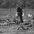 Amerikanac hoda među ubijenim Vijetnamcima koji su pokušali zauzeti bazu u Kamodži 1970.