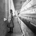 desetogodišnja tkalja gleda kroz prozor 1909