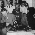 Ferdinand Porsche pokazuje Hitleru maketu bube 1936