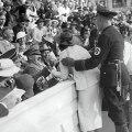 hitler reagira na poljubac amerikanke naolimpijadi 1936