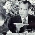 nixon pokušava jesti sa štapičima tijekom pojete kini 1972