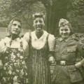 njemački vojnici obučeni poput žena a njiove drage u uniformama