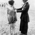 ženski šerif mjeri kupaći kostim na plaži 1927.