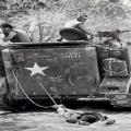 američki vojnici vuku za sobom mrtvog vijetnamskog borca