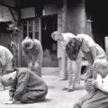 japanci u šoku slušaju izjavu cara na radiju o bezuvjetnoj predaji Japana 1945.